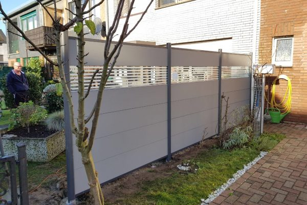 WPC-Zaun mit Glasdekor