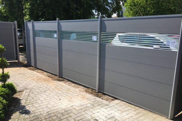 WPC-Zaun mit Glasdekor in Alpen